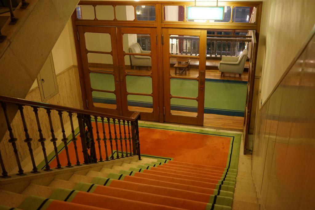 部屋から出て階段を降りていく