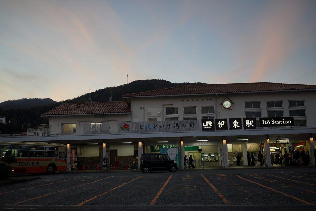 夕方の伊東駅