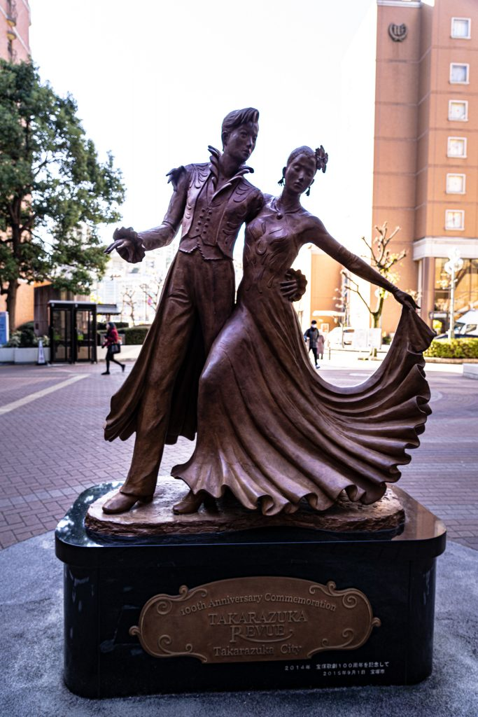宝塚駅前の銅像